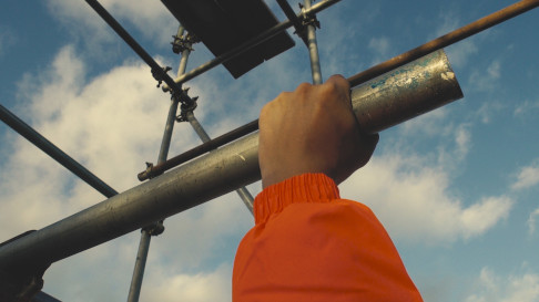 picture of a scaffolding company worker holding a scaffolding tube